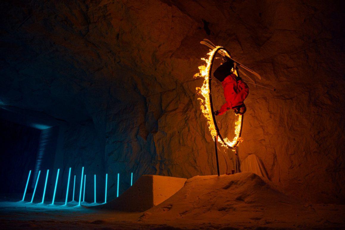 Jesper Tjäder springt mit Ski durch einen brennenden Reifen
