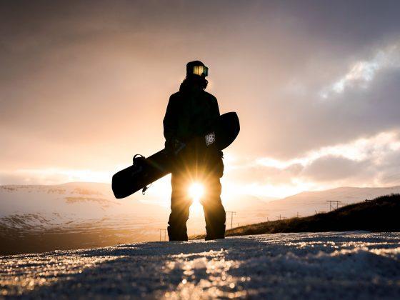 Snowboarder im Sonnenuntergang